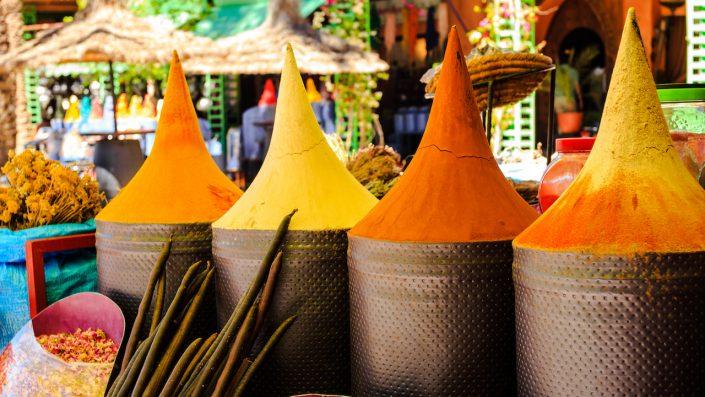 Marocan stool stand în piața marrakech maroc